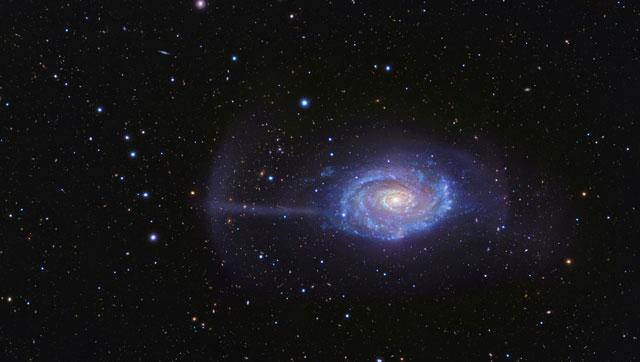 """Una galaxia con un """"parasol"""" cósmico"""