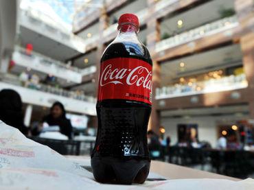 Firma Coca-Cola acuerdo para elaborar botellas hechas de plantas.
